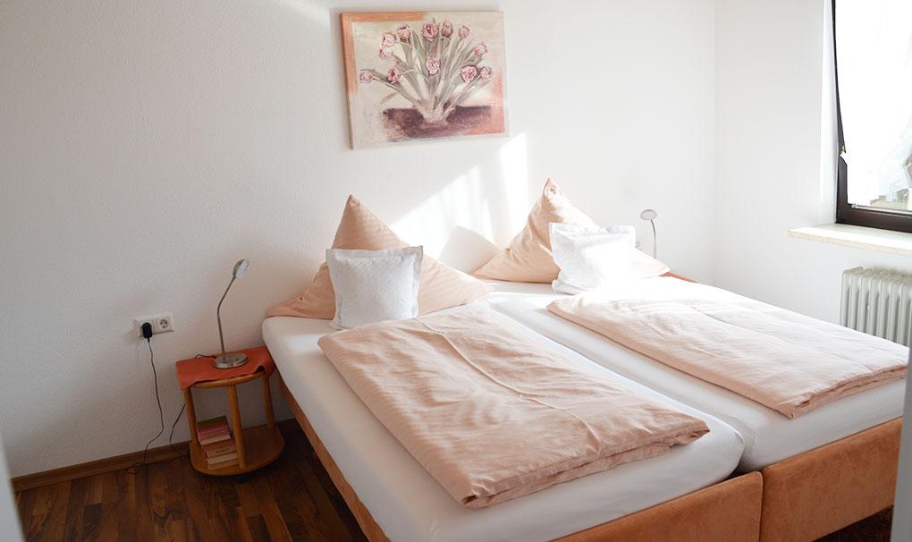 Hotel-Engel-Ferienwohnung-carolin-schlafzimmer.jpg